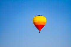 Balão de ar quente colorido com céu azul Fotos de Stock Royalty Free