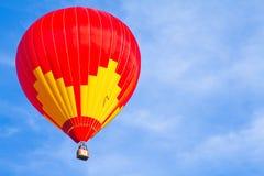 Balão de ar quente colorido com céu azul Imagens de Stock