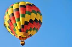 Balão de ar quente colorido no céu Foto de Stock