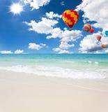 Balão de ar quente colorido no céu azul imagem de stock royalty free