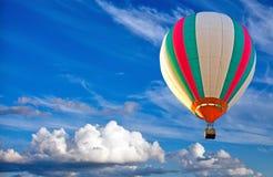 Balão de ar quente colorido no céu azul Fotos de Stock Royalty Free