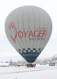 Balão de ar quente colorido que prepara-se para que os turistas voem sobre chaminés feericamente imagens de stock royalty free