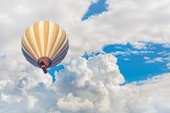 Balão de ar quente com fundo azul do céu nebuloso Fotografia de Stock Royalty Free