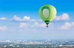 Balão de ar quente com fundo do céu azul Imagens de Stock Royalty Free