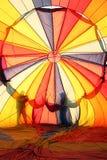 Balão de ar quente e sillhoutte dos povos Imagens de Stock Royalty Free