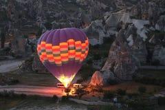 Balão de ar quente em vales de Cappadocia imagens de stock