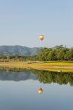 Balão de ar quente isolado no céu Imagens de Stock