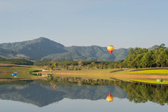 Balão de ar quente isolado no céu Fotografia de Stock