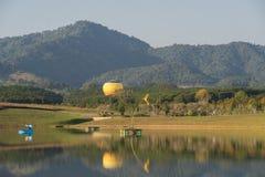 Balão de ar quente isolado no céu Imagens de Stock Royalty Free