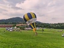 Balão de ar quente na fase de desinfla1ão fotos de stock royalty free