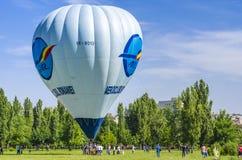 Balão de ar quente na terra imagem de stock