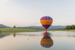 Balão de ar quente no céu Fotos de Stock Royalty Free