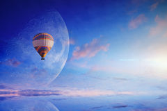 Balão de ar quente no céu azul com Lua cheia de aumentação Foto de Stock