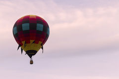 Balão de ar quente no céu macio da alfazema Fotografia de Stock Royalty Free