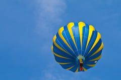 Balão de ar quente no céu nebuloso Fotografia de Stock