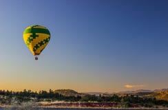 Balão de ar quente no nascer do sol Imagem de Stock Royalty Free