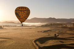 Balão de ar quente no nascer do sol Fotos de Stock Royalty Free
