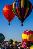 Balão de ar quente no vôo fotos de stock royalty free