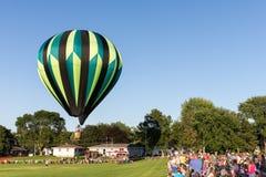 Balão de ar quente que aumenta acima da multidão Fotografia de Stock Royalty Free