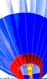 Balão de ar quente que está sendo enchido Fotos de Stock Royalty Free
