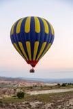 Balão de ar quente que voa sobre Cappadocia espetacular foto de stock