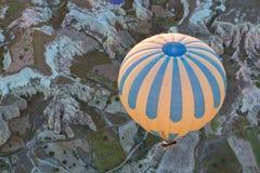 Balão de ar quente que voa sobre Cappadocia espetacular fotografia de stock royalty free