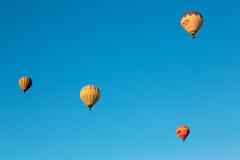 Balão de ar quente que voa sobre Cappadocia espetacular imagem de stock royalty free