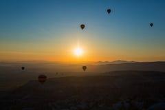 Balão de ar quente que voa sobre Cappadocia espetacular fotos de stock royalty free