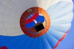 Balão de ar quente que voa sobre a cidade velha em Vilnius, Lituânia Foto de Stock