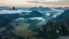 Balão de ar quente sobre o nascer do sol de Laos Foto de Stock