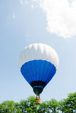 Balão de ar quente sobre o parque com céu azul Foto de Stock