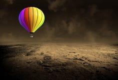 Balão de ar quente surreal, deserto desolado fotos de stock