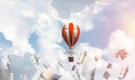 Balão de ar quente de voo no ar Imagens de Stock
