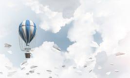 Balão de ar quente de voo no ar Imagem de Stock