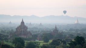 Balão de Bagan Pagoda e de ar quente Fotos de Stock Royalty Free