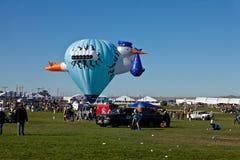 Balão e multidão de ar quente da cegonha Fotografia de Stock Royalty Free