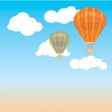 Balão e nuvens de ar quente no céu Ilustração do vetor Fundo postcard Imagens de Stock Royalty Free