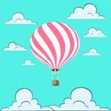 Balão listrado do cartão cor-de-rosa bonito Céu azul e nuvens Fotos de Stock Royalty Free