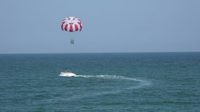 Balão, paraquedas sobre o mar 4K video estoque