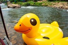 Balão plástico do pato para enfileirar rio abaixo fotografia de stock