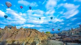 Balão quente com curso da paisagem de Goreme em Turquia imagem de stock royalty free