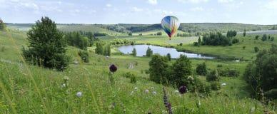 Balão sobre o aerostat do lago fotografia de stock