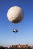 Balão sobre o castelo de Zamek Wawel imagens de stock
