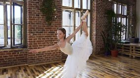 Balé clássico adolescente gracioso de exercício praticando da menina na escola do esporte treinamento do exercício da flexibilida video estoque
