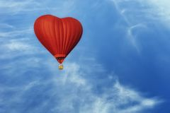 Balón de aire candente brillante en la forma del corazón fotos de archivo libres de regalías