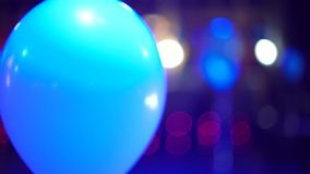 Balón de aire iluminado con los proyectores coloridos que se mueven en interior festivo almacen de video