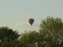 Balón de aire sobre la ciudad foto de archivo