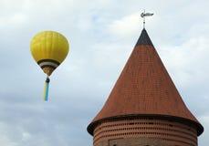 Balón de aire y castillo de Kaunas Imagen de archivo libre de regalías