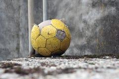 Balón de fútbol abandonado Fotografía de archivo libre de regalías
