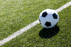 Balón de fútbol al lado de la línea de tiza imágenes de archivo libres de regalías